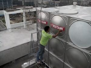 Applying the Bestank logo on the tank